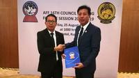 AFF memberikan bantuan untuk gempa bumi di Lombok yang diserahkan melalui PSSI. (Bola.com/Dok. AFF)