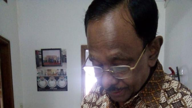 Salah satu peserta Kelas Bahasa, MD Kanchon Mia (58), menunjukkan catatan hasil belajarnya selama mengikuti kegiatan tersebut. (Liputan6.com/Afra Augesti)