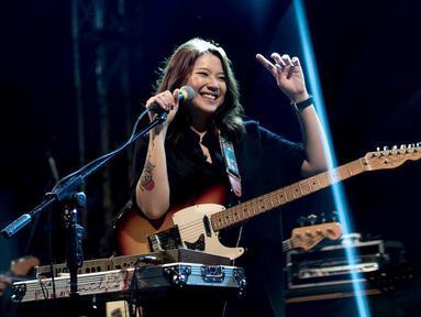 Danilla tampak selalu tampil menggunakan gitar di atas panggung. Dengan rambut yang dibiarkan tergerai dan baju berwarna hitam, wajahnya selalu ceria dan menunjukkan senyuman manis saat menyapa penonton.  (Liputan6.com/IG/@danillariyadi)