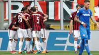 Penyerang AC Milan, Patrick Cutrone bersama rekan-rekannya berselebrasi usai mencetak gol ke gawang Fiorentina pada lanjutan Liga Serie A Italia di stadion San Siro (20/5). Rossoneri memastikan tiket ke Liga Europa. (AP Photo/Antonio Calanni)