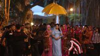Kahiyang-Bobby mengikuti upacara adat Haroan Boru di Medan, Sumatera Utara, Minggu (19/11/2017) malam. (Liputan6.com/Reza Efendi)