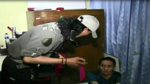Terdesak kebutuhan membeli pakaian untuk istri dan anaknya jelang lebaran, 2 pria merampok seorang pengemudi taksi Online.