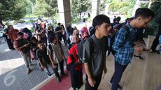 Para peserta mengantre untuk melakukan registrasi acara EMTEK Goes To Campus (EGTC) 2017 di Graha Cakrawala Universitas Negeri Malang, Jawa Timur, Rabu (3/5). EGTC Malang berlangsung dari 3 hingga 4 Mei 2017. (Liputan6.com/Helmi Afandi)