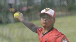Pemain Timnas Softball Putri, Monica, menangkap bola saat latihan di Lapangan Softball, GBK, Jakarta, Selasa (12/11). Sebanyak 17 atlet akan turun di SEA Games 2019 mendatang. (Bola.com/M Iqbal Ichsan)