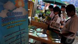 """Menteri ESDM Jero Wacik meluncurkan """"Gerakan Sadar Energi"""" dengan melakukan nonton bareng Film Pulau Bintang, bersama ratusan pelajar SD hingga SMA, Selasa (3/6/2014) (Liputan6.com/Johan Tallo)"""