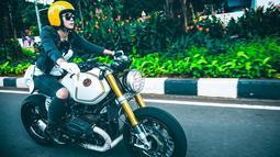 Aktris cantik kelahiran Purwokerto ini sudah menyukai motor sejak umur 10 tahun. Ia juga tergabung dalam klub motor para artis bersama Ananda Omesh dan Dimas Anggara. berbalut jaket kulit dan boots jadi penampilan andalan Nabila saat 'kencan' bareng sepeda motornya.(Liputan6.com/IG/@nabilabylla)