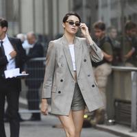 Tampilan modern dari off-duty look model ini tampak super cool. (Sumber foto: Vogue)