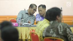 Komisioner Hasyim Asy'ari (kiri) menghadiri sosialisasi sistem informasi partai politik tahap III di Gedung KPU, Jakarta, Jumat (15/9). Sosialisasi digelar untuk mempertajam pemahaman partai akan penggunaan sipol tersebut. (Liputan6.com/Faizal Fanani)