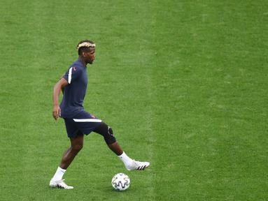 Gelandang timnas Prancis, Paul Pogba mengambil bagian dalam sesi latihan di National Arena di Bucharest, Minggu (27/6/2021). Setelah menjuarai grup neraka, Grup F, Prancis akan berhadapan dengan Swiss di babak 16 besar Euro 2020 pada Selasa (29/6) dini hari. (Daniel MIHAILESCU/various sources/AFP)