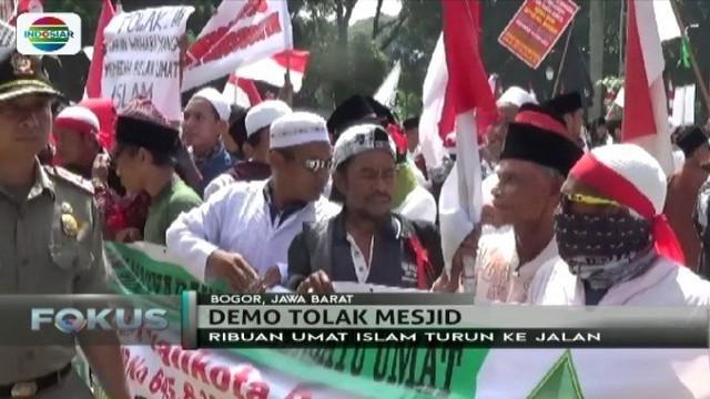 Massa yang tergabung dalam Gerakan Masyarakat Pemersatu Umat, menolak pembangunan masjid di Bogor.