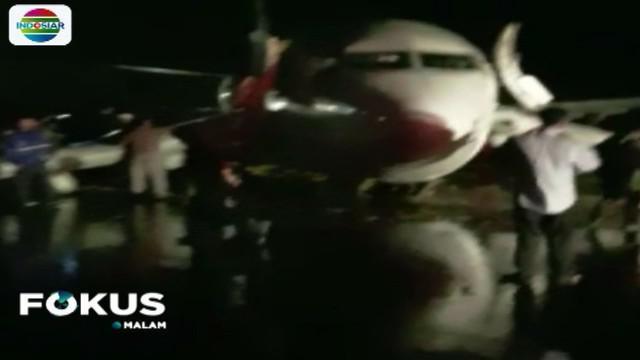Pesawat Lion Air JT 892 rute penerbangan Ujung Pandang-Gorontalo, Minggu malam tergelincir saat mendarat di Bandara Jalaludin Gorontalo.