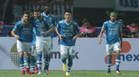 Para pemain Persib Bandung merayakan gol Jonathan Bauman saat melawan Mitra Kukar pada laga Liga 1 Indonesia di GBLA, (8/4/2018). Persib Bandung menang 2-0. (Bola.com/Nick Hanoatubun)
