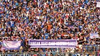 Aremania membentangkan spanduk agar Arema tidak kehilangan poin lagi ketika melawan PSS Sleman di Stadion Kanjuruhan, Kabupaten Malang, Selasa (24/9/2019). (Bola.com/Iwan Setiawan)