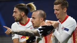 Bek RB Leipzig, Angelino (tengah), melakukan selebrasi bersama rekan-rekannya usai mencetak gol pertama RB Leipzig ke gawang Manchester United dalam laga lanjutan Liga Champions 2020/21 Grup H di RB Arena, Leipzig, Selasa (8/12/2020). RB Leipzig menang 3-2. (AFP/Annegret Hilse/Pool)
