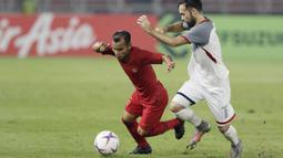 Gelandang Timnas Indonesia, Riko Simanjuntak, berusaha melewati gelandang Filipina, Manuel Ott, pada laga Piala AFF 2018 di SUGBK, Jakarta, Minggu (25/11). Kedua negara bermain imbang 0-0. (Bola.com/M. Iqbal Ichsan)