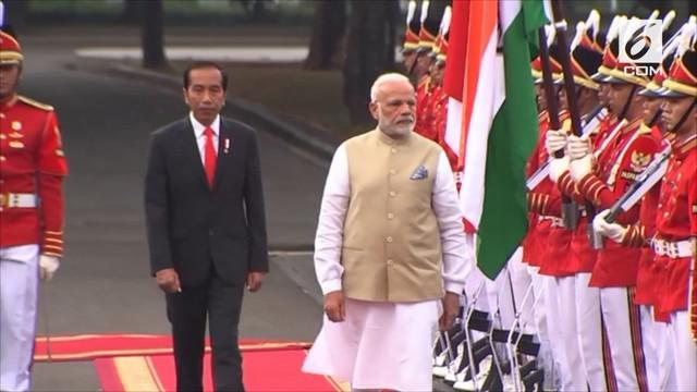 Presiden Joko Widodo atau Jokowi menyambut kedatangan Perdana Menteri India, Narendra Modi, di Istana Merdeka, Jakarta, Rabu (30/5/2018).