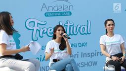 Andalan Feminine Care Brand Talent Sonya Pandarmawan berbicara dalam Andalan Freshtival Special Kartini Day di kawasan Senayan, Jakarta, Minggu (21/4). Acara yang digelar untuk memperingati Hari Kartini tersebut mengajak kaum wanita berani tampil menjadi inspirasi. (Liputan6.com/Immanuel Antonius)