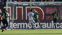 Kiper Inter Milan Samir Handanovic menghalau bola sundulan pemain Crotone Marcus Rohden dalam lanjutan Liga Italia di Stadio Ezio Scida, Sabtu (16/9/2017) malam WIB. Inter Milan menang 2-0. (Albano Angilletta/ANSA via AP)