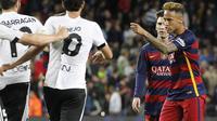 Penyerang Barcelona, Neymar, (kanan) terancam sanksi setelah menampar bek Valencia, Antonio Barragan, di Camp Nou, Minggu (17/4/2016). (EPA/Peter Powell)