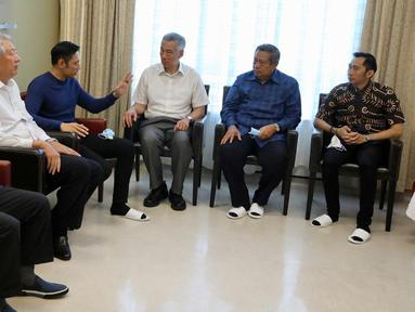 PM Singapura, Lee Hsien Loong (ketiga kanan) saat menjenguk Ani Yudhoyono di National University Hospital, Singapura, Jumat (15/1). Kedatangan PM Lee disambut oleh Susilo Bambang Yudhoyono, Agus Harimurti dan Edhie Baskoro (Liputan6.com/HO/Anung Anandito)