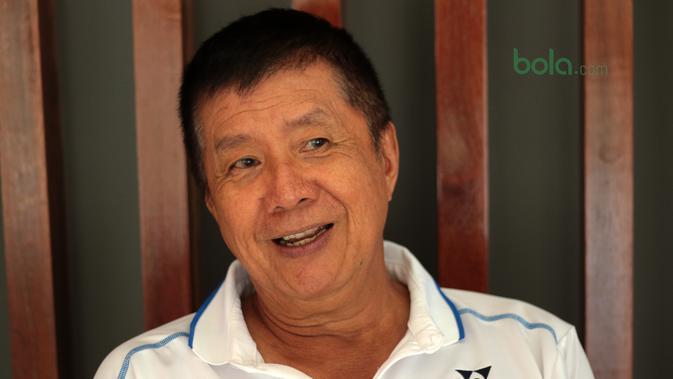 Legenda Bulutangkis Indonesia, Rudy Hartono  saat berada di GOR Rudy Hartono, Pd. Sawah Indah, Sawah Lama (23/3/2018). Rudy Hartono kini aktif mengembangkan talenta muda di PB Jaya RAYA. (Bola.com/Nick Hanoatubun)