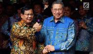 Ketua Umum Partai Gerindra Prabowo Subianto (kiri) berjabat tangan dengan Ketua Umum Partai Demokrat Susilo Bambang Yudhoyono atau SBY (kanan) usai bertemu di Jakarta, Senin (30/7). Demokrat mengusung Prabowo sebagai capres 2019. (Liputan6.com/JohanTallo)