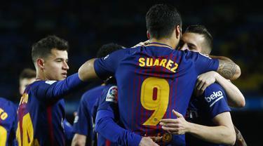 Para pemain Barcelona merayakan gol yang dicetak oleh Luis Suarez ke gawang Valencia pada laga leg pertama semifinal Copa Del Rey di Stadion Camp Nou, Jumat (2/2/2018). Barcelona menang 1-0 atas Valencia. (AP/Manu Fernandez)