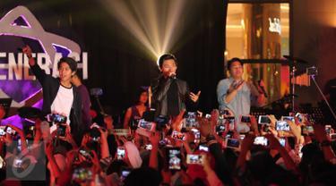 Coboy Junior saat tampil di Konser Bintang 3 Generasi, Summarecon Mall Serpong, Tangerang, Sabtu (19/3/2016). Konser tersebut merupakan bagian dari rangkaian acara ulang tahun Bintang.com yang pertama. (Liputan6.com Angga Yuniar)