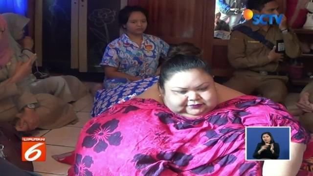 Miliki bobot 350 kilogram, Titi Wati, wanita penderita obesitas asal Palangka Raya, Kalteng, siap dibawa ke rumah sakit untuk penanganan lebih intensif.