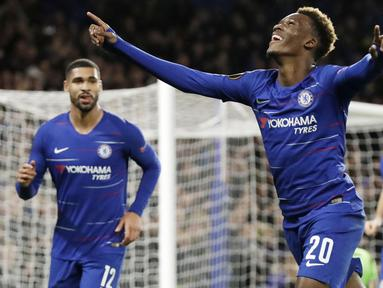 Striker Chelsea, Callum Hudson-Odoi, melakukan selebrasi usai membobol gawang PAOK Thessaloniki pada laga Liga Europa di Stadion Stamford Bridge, Kamis (29/11). Chelsea menang 4-0 atas PAOK Thessaloniki. (AP/Matt Dunham)