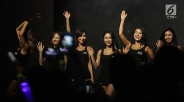 Sejumlah gadis cantik dan seksi turut meramaikan seri pertama ONE Championship di Jakarta Convention Center, Senayan, Jakarta, Sabtu (20/1). Ring Girl menjadi daya tarik tersendiri di panggung One Championship. (Liputan6.com/Faizal Fanani)