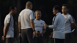 Pelatih Timnas Indonesia U-22, Indra Sjafri, berdiskusi dengan asistennya saat latihan di Lapangan ABC Senayan, Jakarta, Senin (7/1). Latihan ini merupakan persiapan jelang Piala AFF U-22. (Bola.com/Vitalis Yogi Trisna)