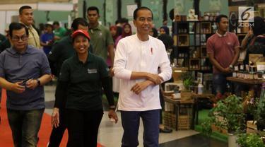 Gaya Presiden Joko Widodo saat menghadiri acara Spirit of Millenials: Green Festival di Jakarta, Kamis (31/1). Acara ini untuk meningkatkan kepedulian milenial terhadap gaya hidup ramah lingkungan, urban farming dan agrikultur. (Liputan6.com/Angga Yuniar)