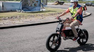 Aksi Menparekraf Sandiaga Uno Kelilingi Sirkuit Mandalika dengan Bersepeda