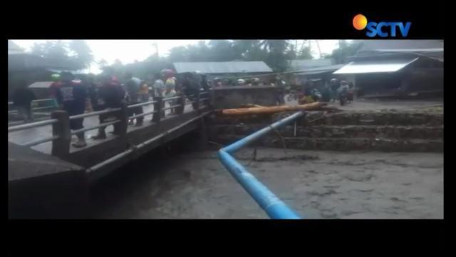 Banjir bandang yang terjadi di Kolaka, Sulawesi Utara, menelan korban. Bapak dan anak terseret banjir bersama rumah mereka.