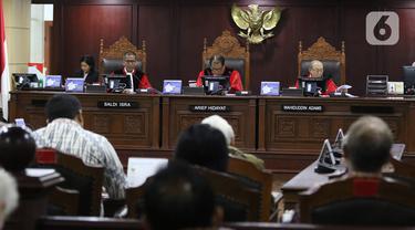 Hakim MK Arief Hidayat (tengah) saat memimpin sidang pengujian formil atas UU Republik Indonesia Nomor 19 Tahun 2019 tentang Perubahan Kedua Atas UU Nomor 30 Tahun 2002 tentang Komisi Pemberantasan Tindak Pidana Korupsi di Gedung MK, Jakarta, Senin (9/12/2019). (Liputan6.com/Herman Zakharia)