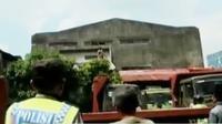 Polisi yang datang ke lokasi pun dibuat kewalahan karena penjambret itu tak mau turun.