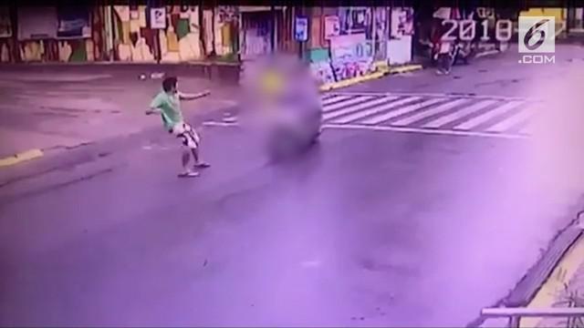 Rekaman seorang pria tak dikenal memukul wajah gadis berusia 6 tahun. Pelaku pemukulan ditangkap dan diketahui mengalami cacat mental.