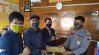 Sejumlah wartawan lokal Blora melapor ke polisi, terkait pesan berantai yang menyebut sejumlah wartawan menerima uang dari pebisnis judi Togel. (Liputan6.com/ Ahmad Adirin)