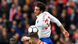 Bek Arsenal Shkodran Mustafi berebut bola dengan gelandang Stoke City Ramadhan Sobhi saat pertandingan Liga Inggris di Stadion Emirates, London (4/1). (AFP Photo/Oliver Greenwood)