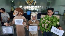 Aktivis Koalisi Anti Mafia Hutan saat melakukan aksi  di Gedung Komisi Yudisial (KY), Jakarta, Jumat (8/1). Kedatangan mereka ke KY juga untuk melaporkan dugaan pelanggaran etik Hakim PN Palembang Parlas Nababan. (Liputan6/JohanTallo)