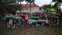 Bonek dan The Jakmania bersatu pada ajang Suramadu Super Cup. (Bola.com/Aditya Wany)