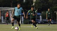 Pemain Timnas Indonesia U-22, Egy Maulana, mengontrol bola saat latihan di Lapangan G, Senayan, Jakarta, Sabtu (5/10). Latihan ini merupakan persiapan menjelang SEA Games 2019. (Bola.com/Yoppy Renato)