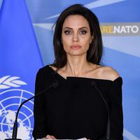 Pesona Angelina Jolie tampak tak pudar meski wajahnya tak tersenyum. (REX/Shutterstock/HollywoodLife)