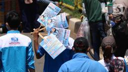 Buruh saat melakukan aksi di depan Gedung DPR RI, Jakrta, Selasa (25/8/2020). Aksi tersebut menolak draft omnibus law RUU Cipta Kerja yang diserahkan pemerintah kepada DPR. (Liputan6.com/Angga Yuniar)