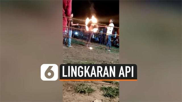 Seorang pria India jatuh dengan kepala terlebih dahulu menghantam tanah usai melakukan atraksi lompati lingkaran api. Ia pun tak sadarkan diri dan dilariken ke rumah sakit.