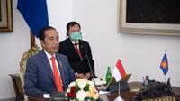 Menteri Kesehatan Republik Indonesia, Terawan Agus Putranto, duduk di belakang Presiden Jokowi sambil mengenakan masker saat mengikuti KTT ASEAN Khusus Tentang COVID-19. (Foto: Lukas - Biro Pers Sekretariat Presiden)