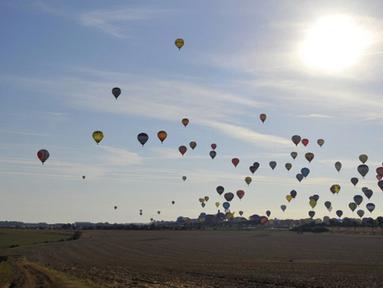 Sejumlah balon udara mengudara di pangkalan udara Chambley-Bussieres, Perancis, (26/7/2015). Peserta dari berbagai negara di belahan dunia ikut dalam festival 'Lorraine Mondial Air Ballons'. (AFP/JEAN-CHRISTOPHE VERHAEGEN)