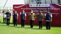 Gubernur DKI Jakarta Anies Baswedan (ketiga dari kiri) dan Sekjen PSSI Yunus Nusi (dua dari kanan) pada penandatanganan kerja sama penggunaan Jakarta Internasional Stadium, Selasa (17/8/2021). (Dok PSSI)