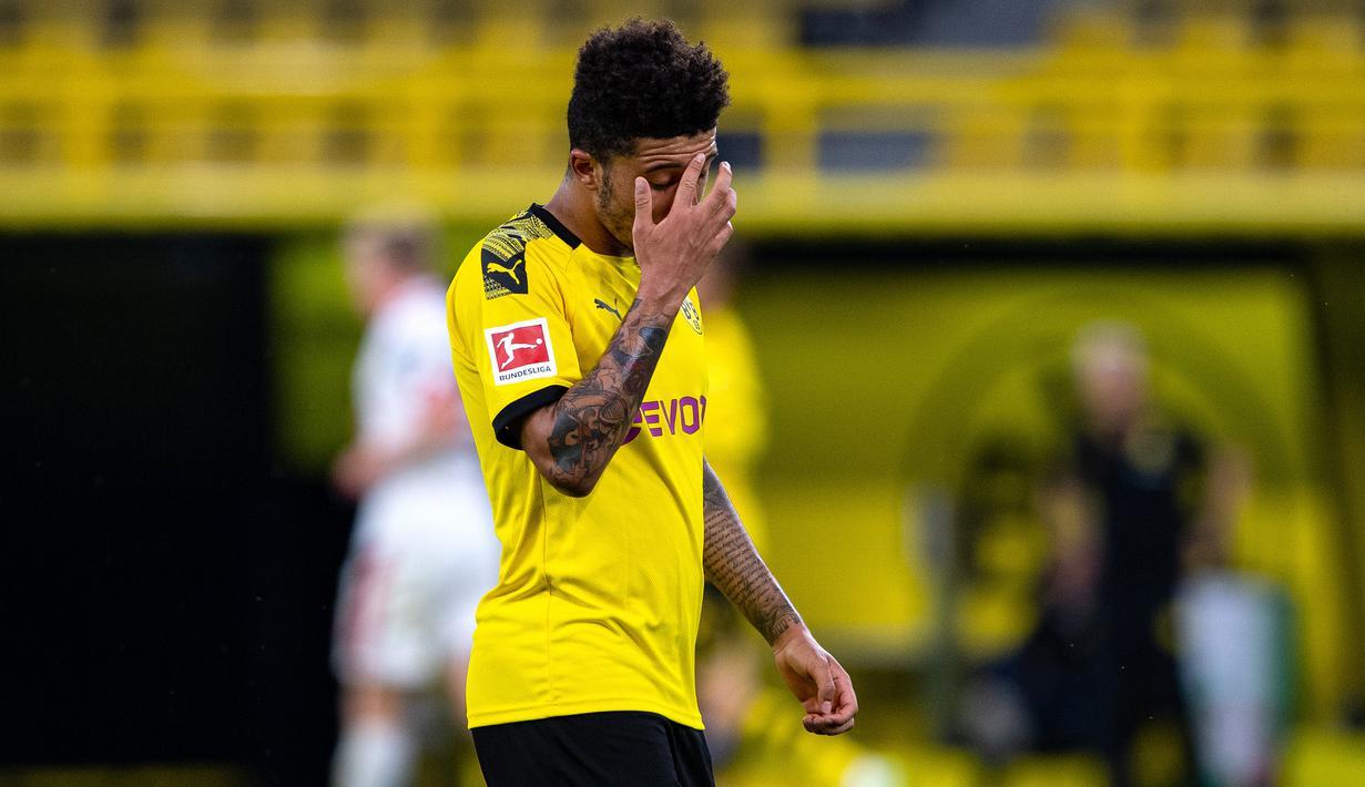 Gelandang Borussia Dortmund, Jadon Sancho, tampak kecewa usai dikalahkan Mainz pada laga lanjutan Bundesliga Jerman di Signal Iduna Park, Dortmund, Kamis (18/6/2020) dini hari WIB. Borussia Dortmund menyerah 0-2 atas Mainz. (AFP/Guido Kirchner/pool)